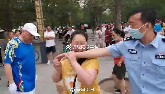 沈阳 一大姐遛狗不拴绳、还咬伤警察(人咬的) 刑拘