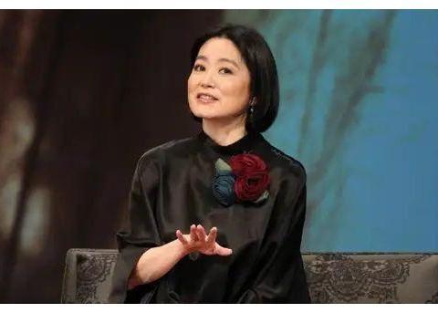 林青霞的64岁很真实,满脸的皱纹老的很优雅,赵雅芝还在扮嫩