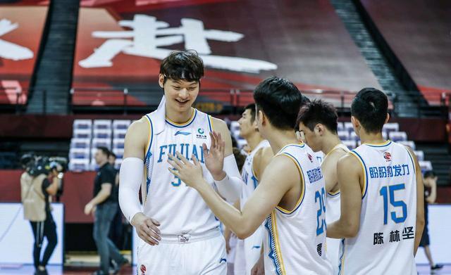 福建男篮对阵天津男篮,双方本来从实力上看,差距很大,从球员配置各方面