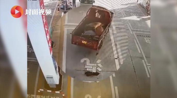 三轮车加油后起火司机不知 加油员手提灭火器猛追近百米灭火