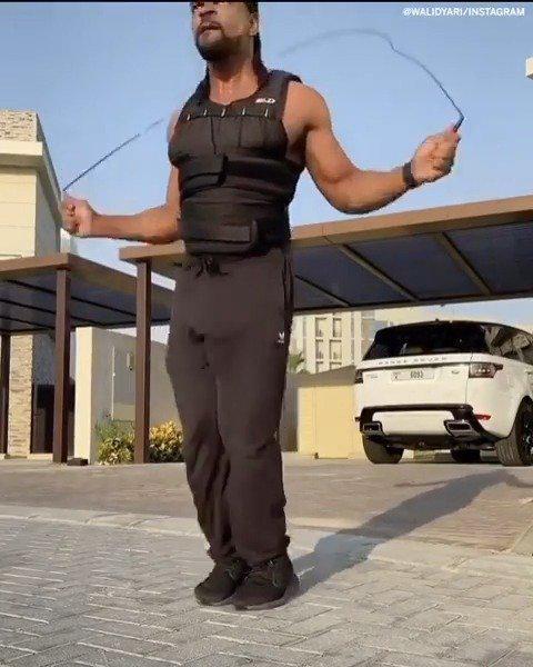 健身大咖在一顿操作后秀出了他的跳绳技艺引得美国网友疯狂叫好!