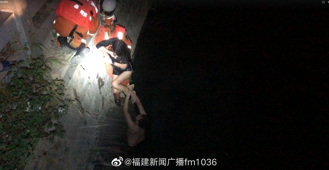 晋江:女子凌晨跳内沟河 消防员和热心群众搭人桥救援 7月10日凌