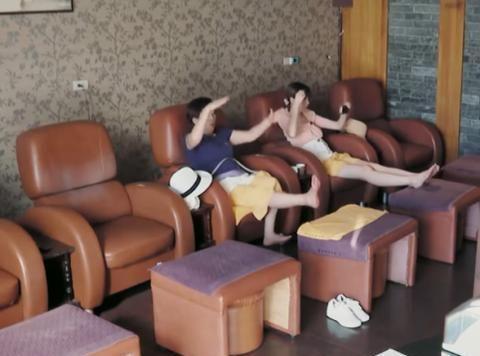 陈若仪带婆婆去捏脚,林妈妈腿短够不到凳子,陈若仪自顾照镜子