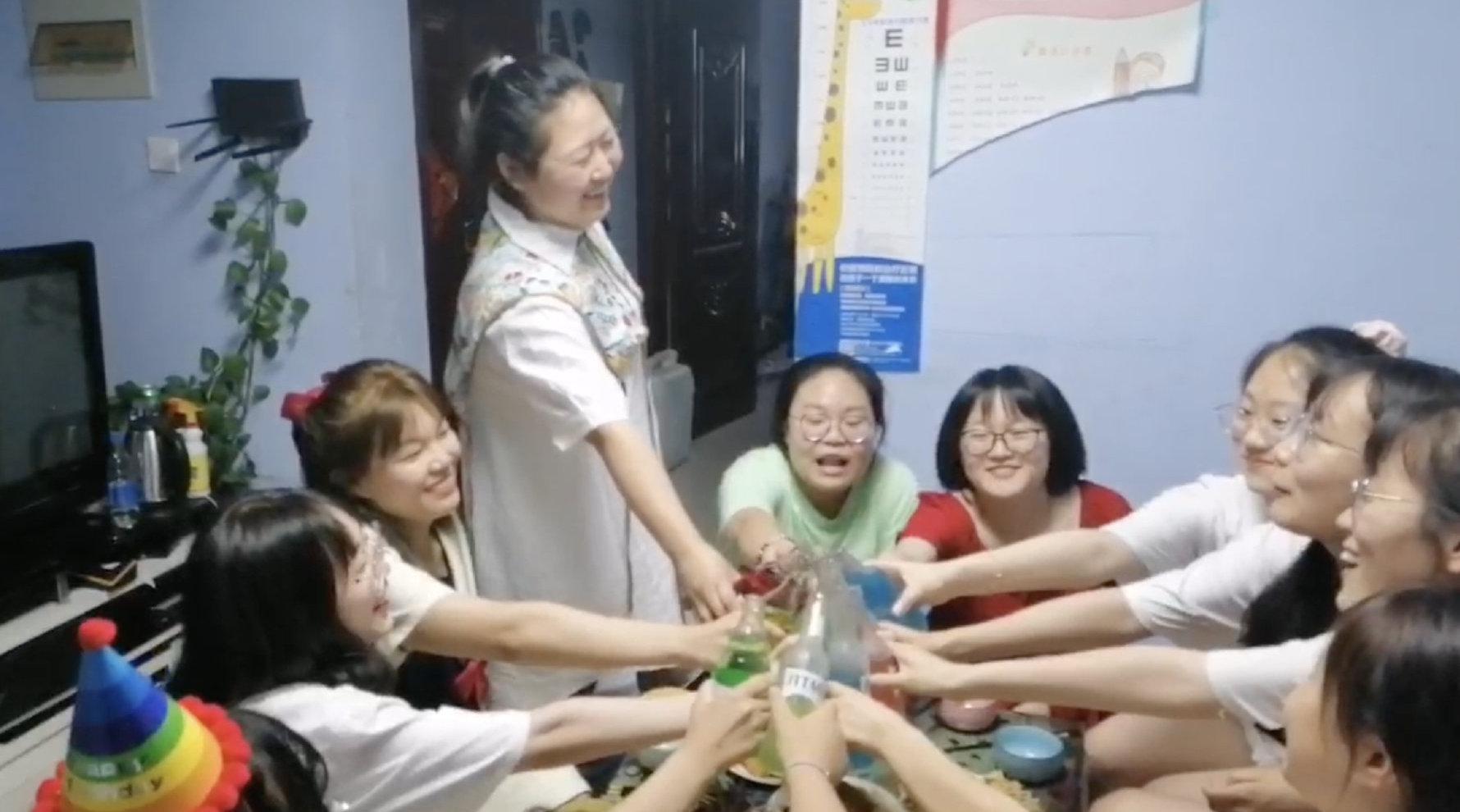 宿管给10名寄宿高考生做家宴送别:每人一道菜……