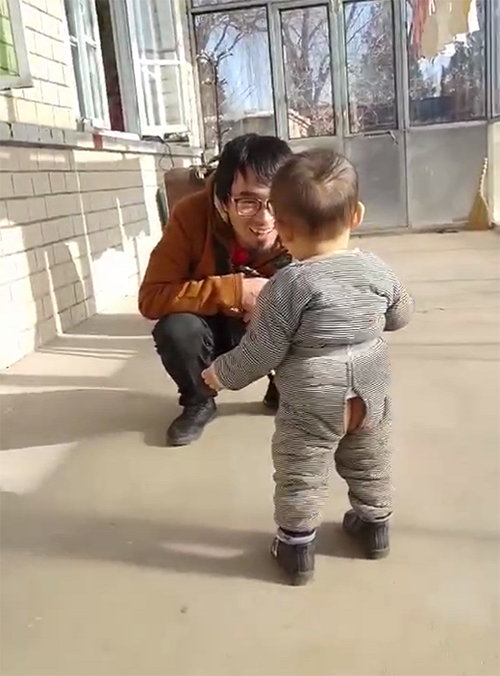 儿子三个月没见爸爸,爸爸过年打工回家后,父子相见的画面泪目了
