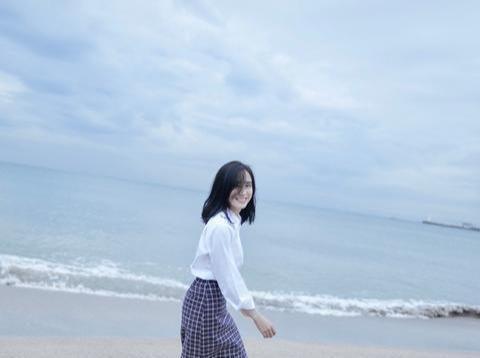 王智穿衬衫和格纹长裙,学生气满满看着挺嫩