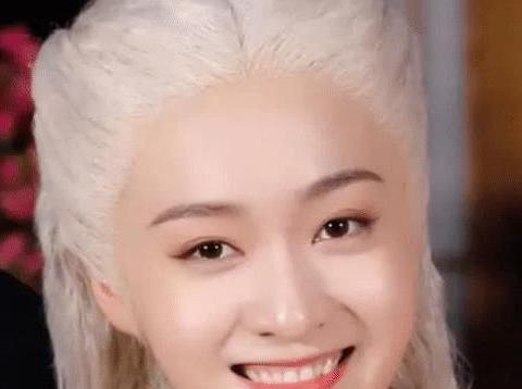 明星白发:张雪迎可爱唐嫣温柔,刘诗诗显老,她白发比黑发好看