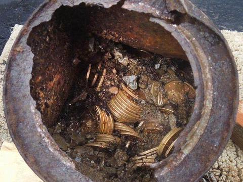 男子旅游无意间发现世界上最古老的存钱罐, 储蓄着满当当的金币