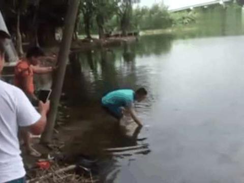 男子河边钓鱼, 接下来钓上来的一个庞然大物,让人直呼赚大了