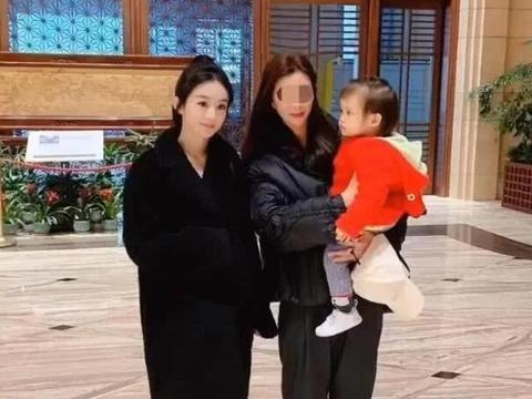 忘了正在录节目?赵丽颖遇辣妈带小婴儿,忍不住逗宝宝摸其小脚丫