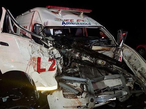 救护车与河马深夜相撞,救护车被撞得破烂不堪,河马下场却更惨