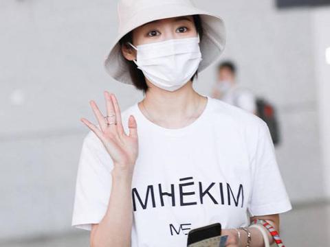 李纯街拍:Kim字母T恤百慕大短裤 Hermes手袋清新简约