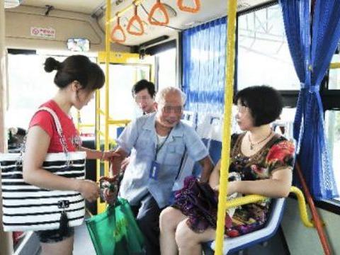 女孩公交车上占座睡觉引争议,当大家看到她手机时才明白真相