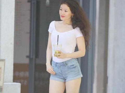 """时尚街拍:小姐姐穿着很简单,却穿上""""斜角鞋""""不仅显高还很潮"""