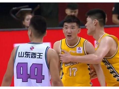 陶汉林被罚下,山东崩盘大败16分,王汝恒拉伤下场是更坏的消息