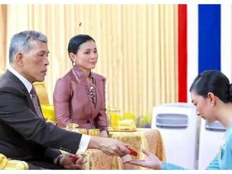 苏提达表情管理满分!68岁泰王给女星颁奖,王后一脸平静无醋意