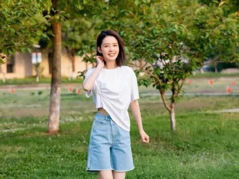 穿T恤打结已经过时了?看李沁新式穿法,显高显瘦又青春