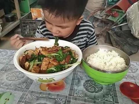 男孩在午托班吃不饱,老师好奇去家访,进门后看到不可思议的一幕