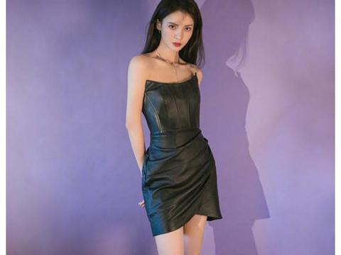 金晨出行,身穿蓝色T恤搭黑色百褶裙,不像姐姐像妹妹!