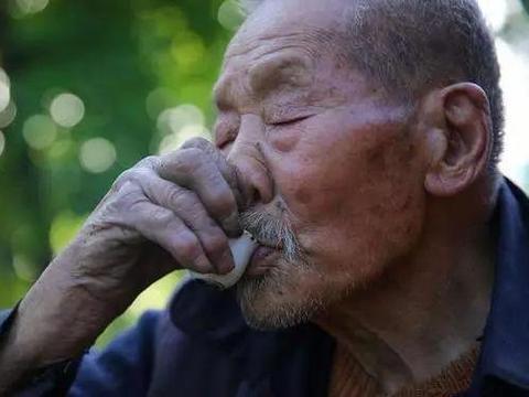 63岁老汉,脑出血入院,抢救后瘫痪,一把年纪了,却还不知控制