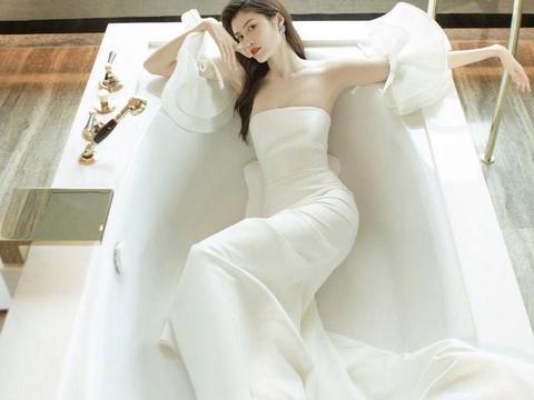 """何穗在""""浴缸""""里拍照,穿白色抹胸连衣裙凹造型,这曲线惹人嫉妒"""