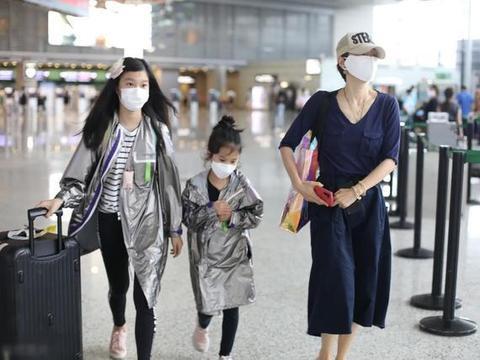 马伊琍带两个女儿走机场,穿蓝色衬衫配半身裙+小白鞋,简洁大气