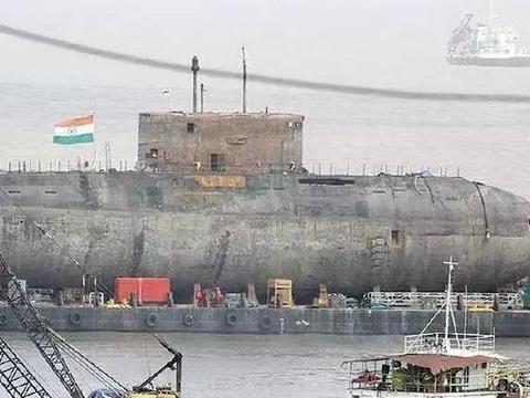 一艘基洛级潜艇现身公路,沿途大批士兵警戒,白宫最怕的终于发生
