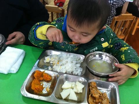 怎样确保孩子在幼儿园吃得饱又能吃得好?家长只需要做好4点