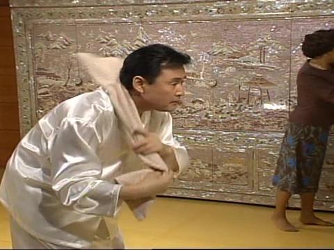 富豪说儿子抱儿媳像抱棉花糖,嘲讽老婆太胖了,太逗了