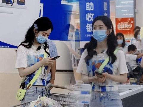 赵丽颖参加综艺《中餐厅》,休闲打扮去超市被偶遇,小蛮腰太吸睛