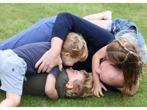 凯特称,乔治小王子与弟弟妹妹玩游戏输了后,非常的生气