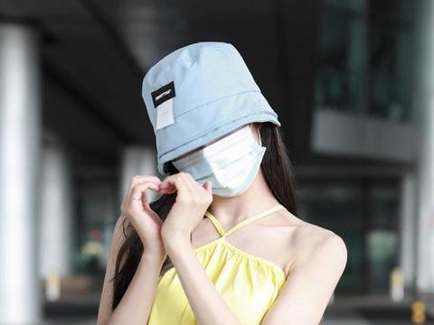 """李子璇机场造型好""""清凉"""",挂脖裙像""""肚兜"""",配牛仔裤意外时髦"""