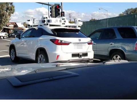 """广东街头一辆小汽车,车顶""""信号塔"""",看到车尾,路人纷纷避让"""