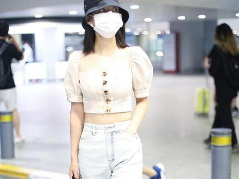 李沁街拍:泡泡袖挤奶女工装 水洗牛仔裤Prada网兜包清新休闲