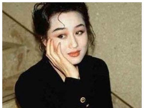 """她是最美亚姐,和赌王相爱惨遭""""江湖追杀"""",后嫁李连杰被宠上天"""