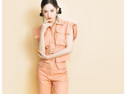 娜扎好会打扮,穿橙红色套装扎俩丸子头,90后轻松嫩成00后
