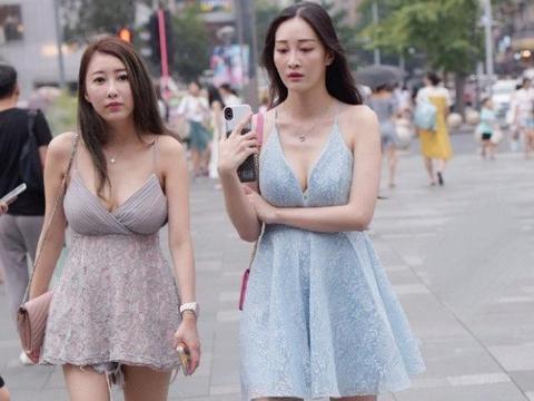 穿V领吊带裙时,究竟是选择运动鞋还是凉鞋?时尚闺蜜给你答案