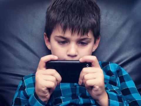 一部手机就可以毁掉孩子一生?别开脱了,毁掉孩子的是父母自己