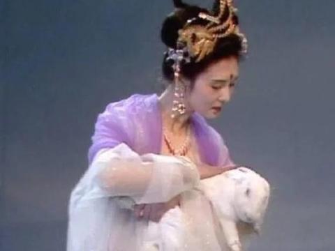 """赵丽颖圆脸不适合演嫦娥?当她抱上""""玉兔"""",感觉我要窒息了"""