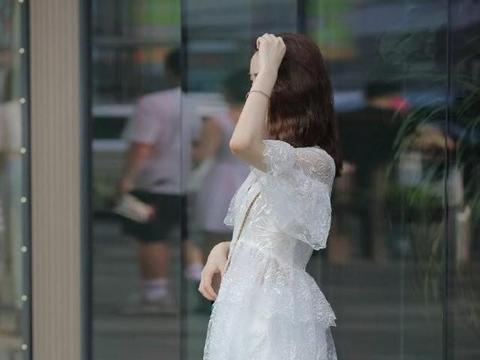 夏天要穿的是裙子,而裙子一定要选白色的,时尚妹子们都这么穿