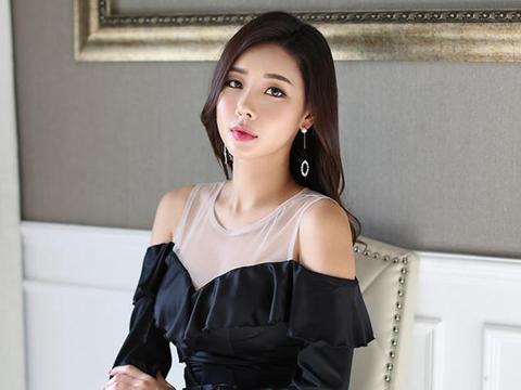 时尚的V领连衣裙,黑色的色彩衬托出不一样的沉稳