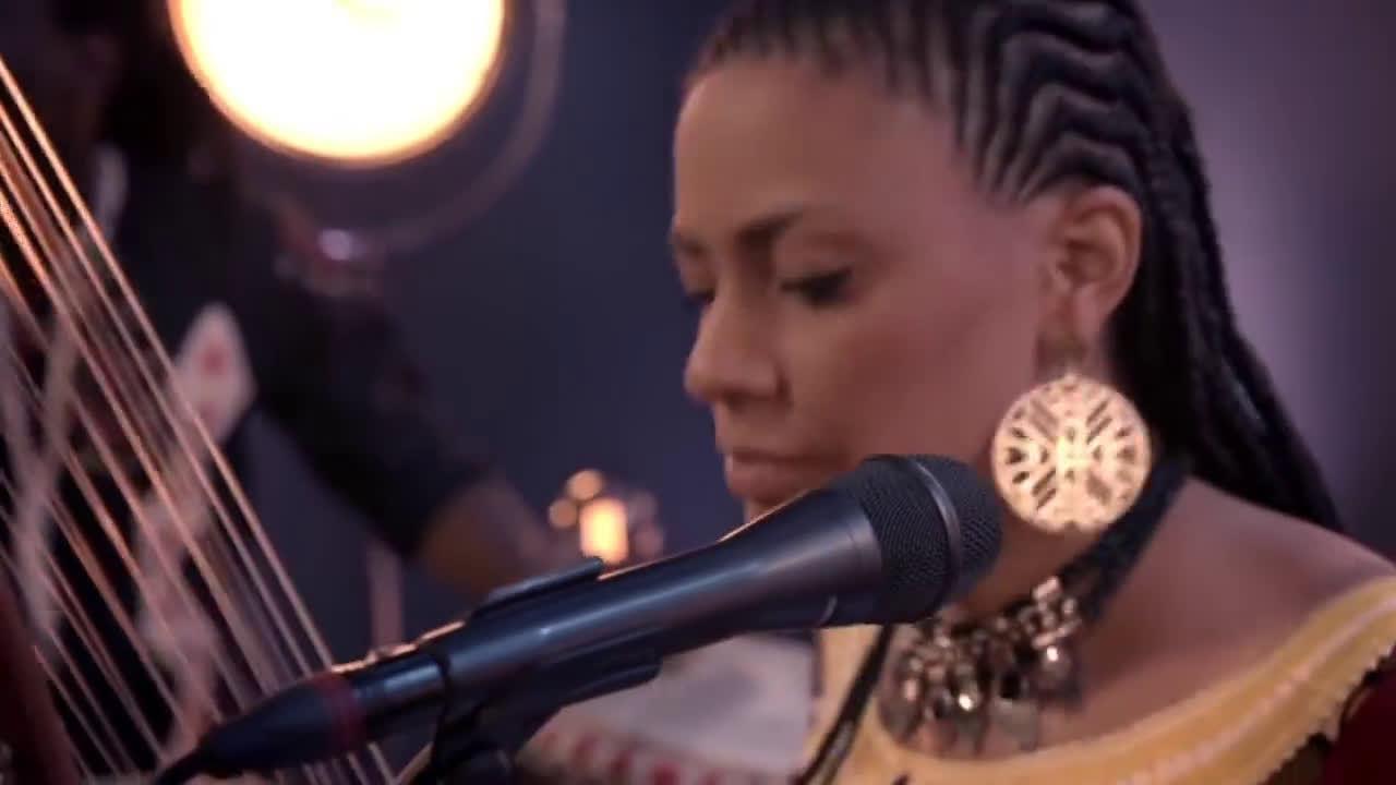 冈比亚音乐人Sona Jobarteh弹奏西非传统乐器科拉琴(Kora)……