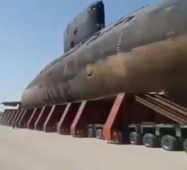 天啊!基洛级潜艇开上高速公路,巨大艇身如小山,轿车一辆辆超过