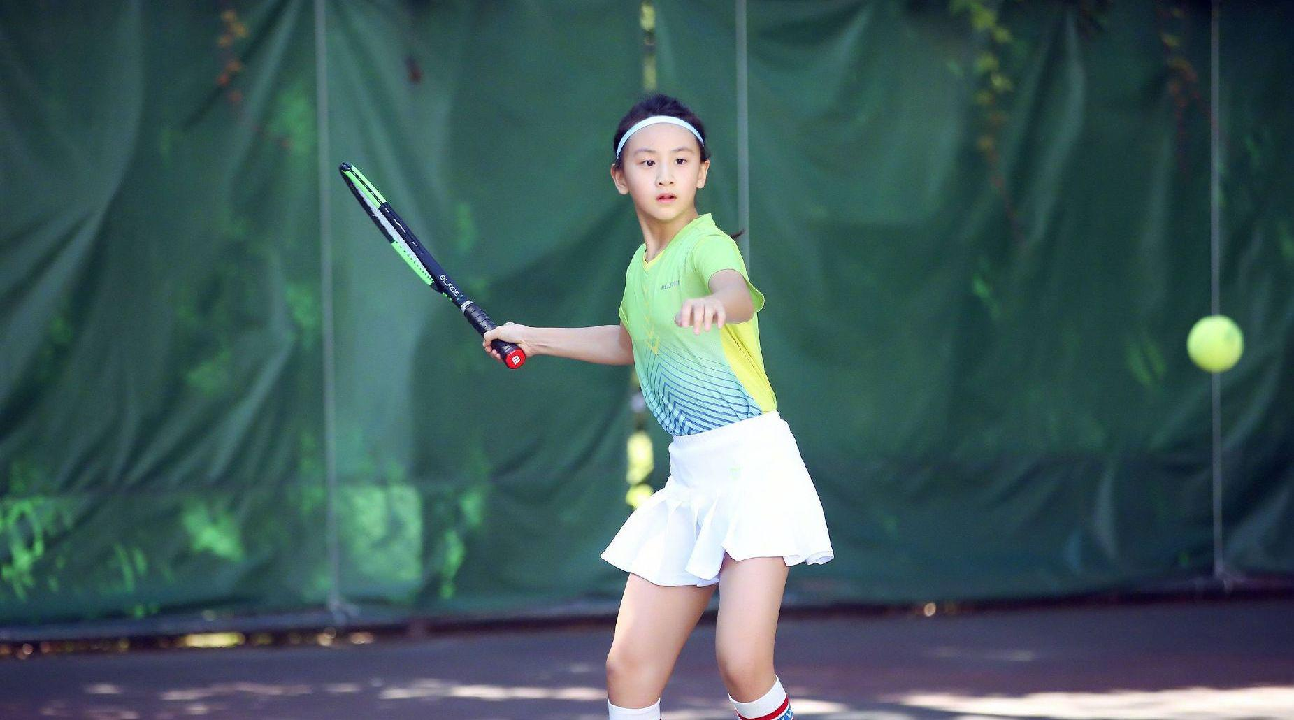 田亮女儿森碟现身某职业网球俱乐部……