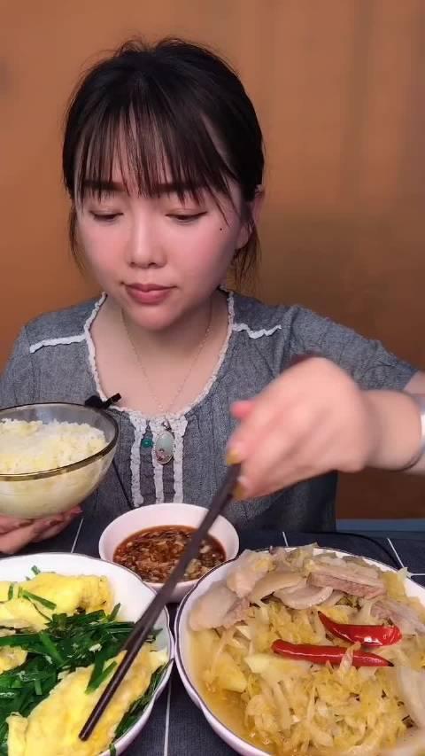 家常姐妹: 东北酸菜炖五花肉,还有韭菜炒鸡蛋