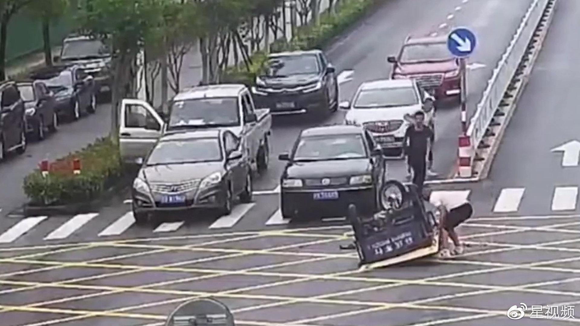 三轮车路口侧翻司机被扣压车底,随后冲来11人上演温馨一幕