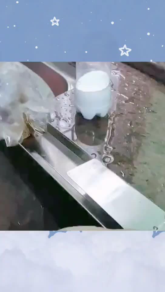 油烟机储油槽用保鲜膜包起来,清洗的时候一拉就搞定……