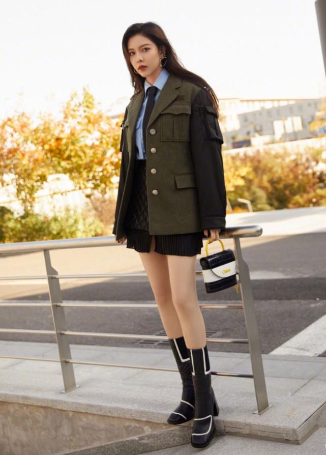 宋妍霏嫌黑色长靴太单调,在上面画几条白线后,显腿长效果简直了