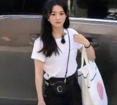 赵丽颖参加《中餐厅》路透照,白色T恤工装裤,网友:这腰是p的