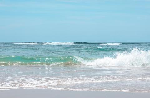 别再去三亚人挤人了,海南这个海湾人少景美,关键是还能冲浪